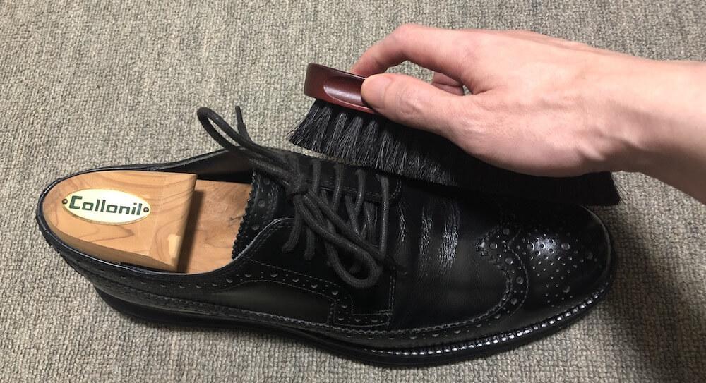 革靴のブラッシング