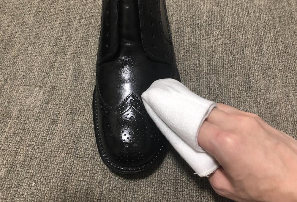 革靴メンテの仕上げに乾拭きで磨き上げる