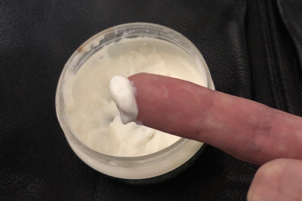 指でとった革クリーム