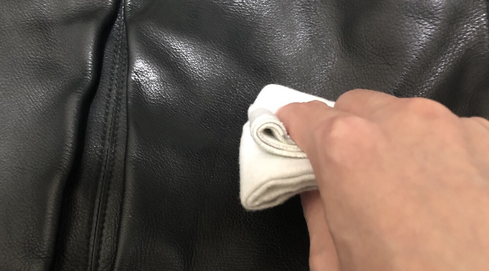 革バッグのカビを拭き取る