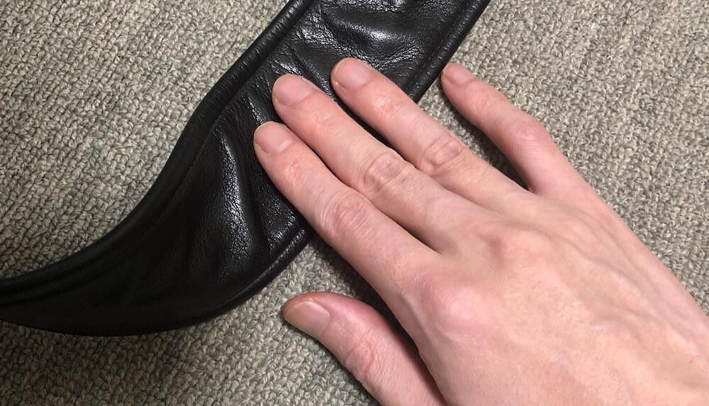 手の脂は革製品の黒ずみやシミの原因
