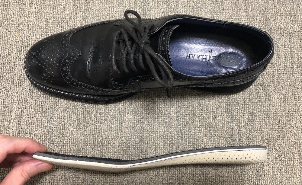 革靴と横から見たインソール