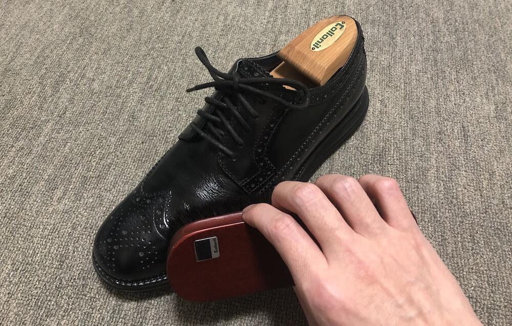 ブラッシングで靴磨き