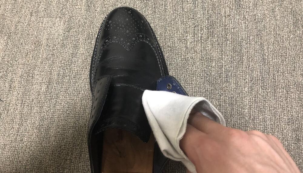 革靴の細部まで汚れを落とす