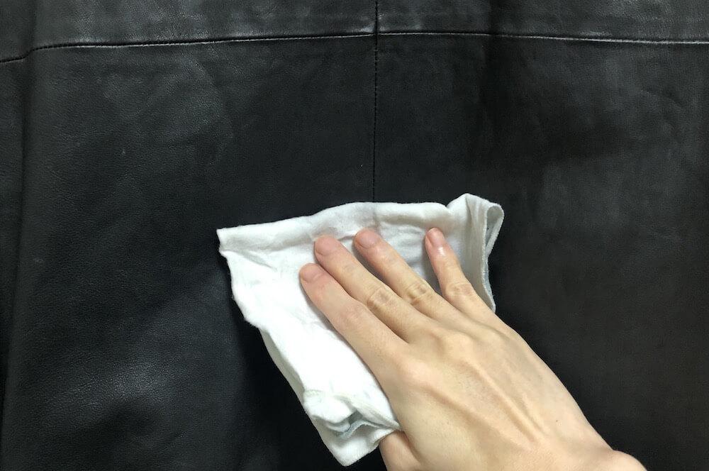 固く絞ったクロスでレザージャケットを拭き取る