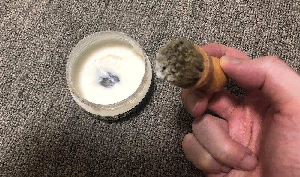 ブラシでとったコロニルの1909シュプリームクリームデラックス