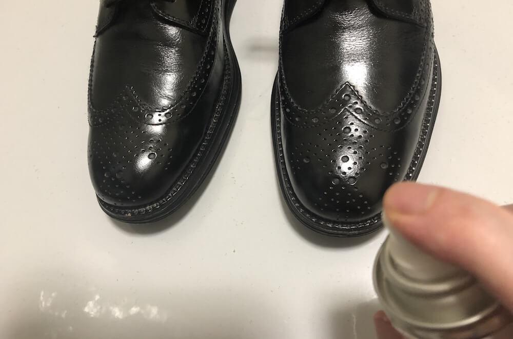 革靴を防水スプレーで保護