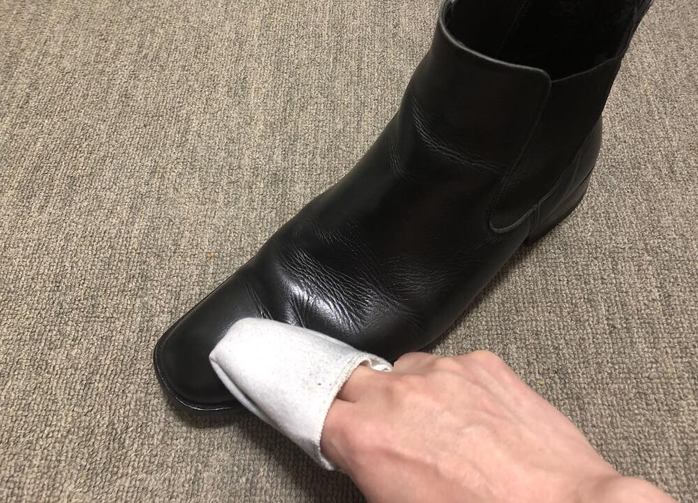 余分な靴クリームを拭き取る